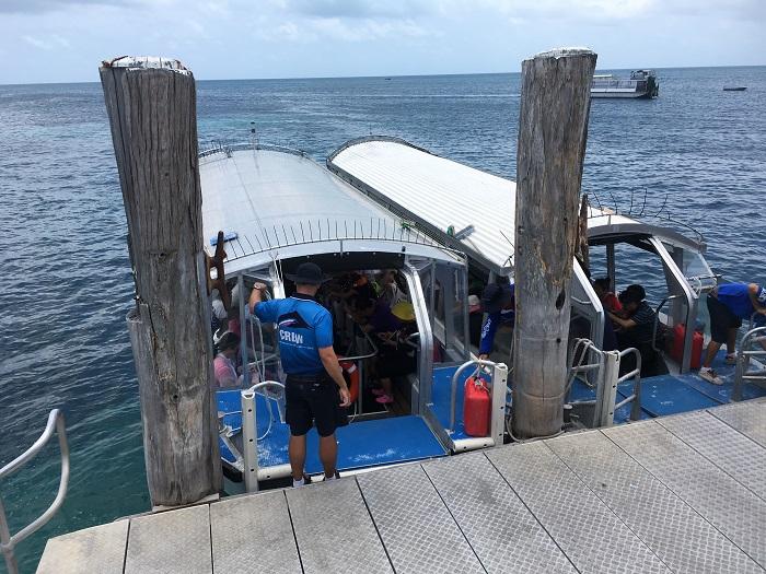 グリーン島のグラスボトムボート