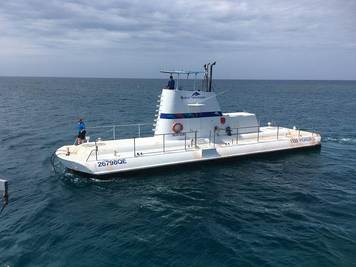 ポンツーンの半潜水艦