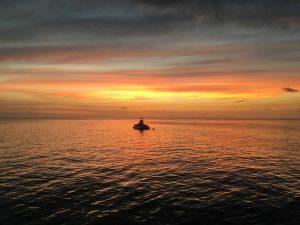 夕日の中の半潜水艦